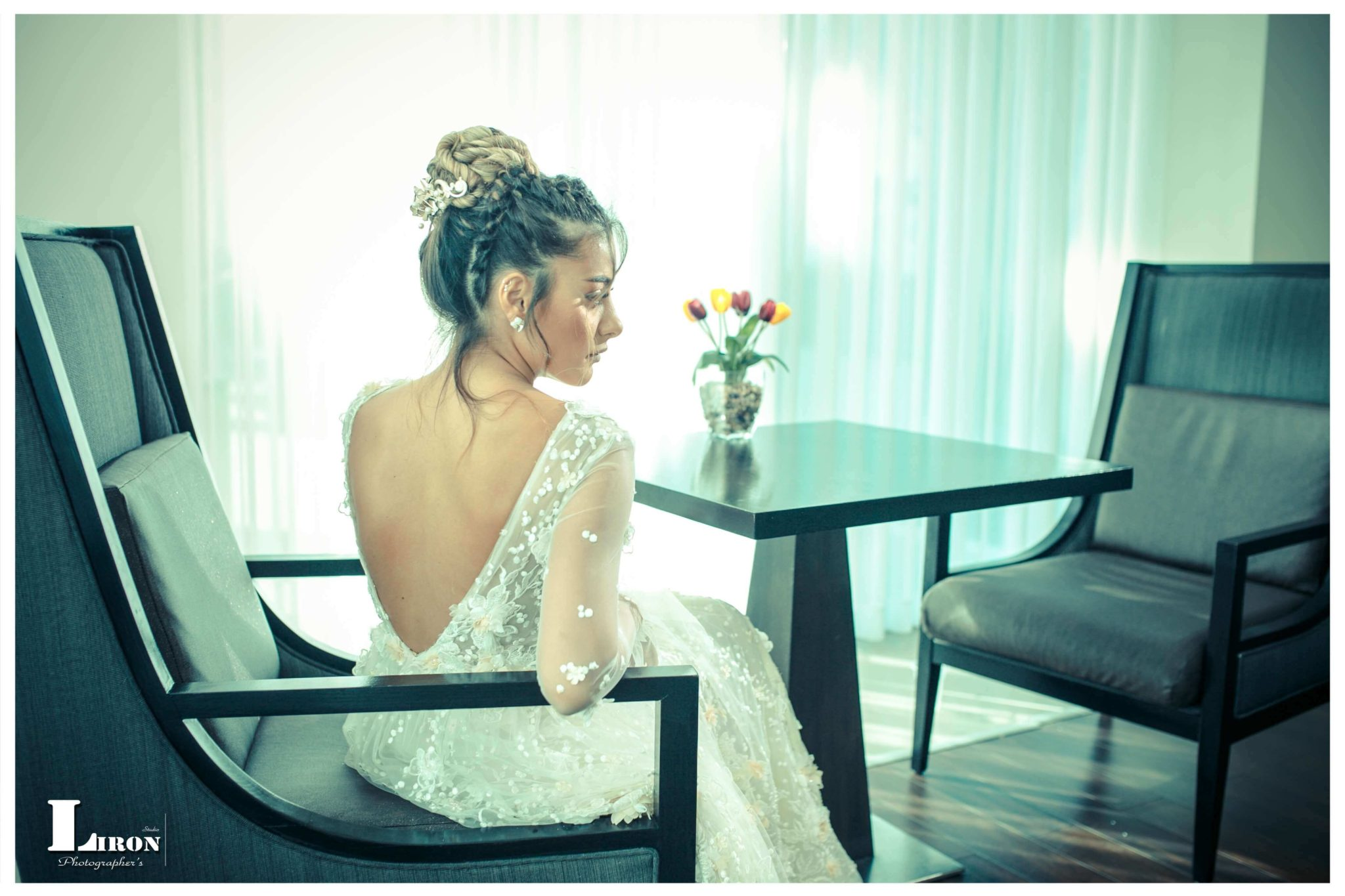 בשמלת כלה ממתינה לקריאה