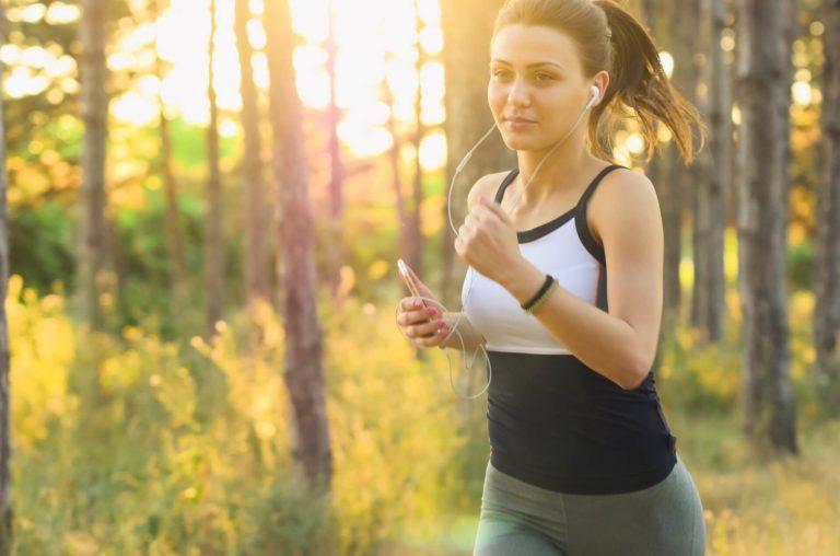 אימון ריצה לפני חתונה - כלה מתאמנת בריצה ביער