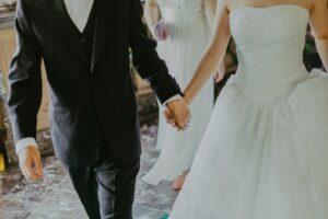 זוג בדרך לחופה מתחתנים